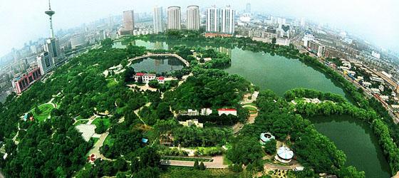 """1984年公园东南的湖心岛上建成了""""振兴园"""",园内建有模仿中国工农红军"""